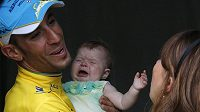 Vítěz Tour de France 2014 Vincenzo Nibali s dcerkou Emmou a manželkou Rachele.