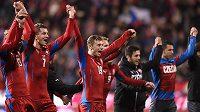 Fotbalisté české reprezentace (zleva): Jaroslav Plašil, Tomáš Necid a Ladislav Krejčí po uvítězství nad Islandem.