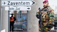 Belgický voják u bruselského letiště Zaventem. Ilustrační snímek.