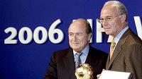 Šéf FIFA Sepp Blatter (vlevo) a Franz Beckenbauer, předseda organizačního výboru MS 2006 v Německu.
