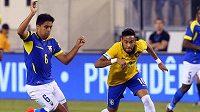 Christian Noboa z Ekvádoru (č. 6) stíhá Brazilce Neymara.