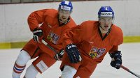 Obránci Petr Zámorský a Bohumil Jank (vlevo) na tréninku hokejové reprezentace v Praze Letňanech.