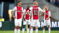 Fotbalisté Ajaxu Amsterdam zleva Polák Arek Milik a Nizozemec Davy Klaassen po vyřazení v Lize mistrů s Rapidem Vídeň.