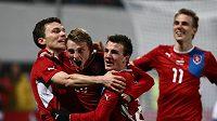Zleva David Lafata, Ladislav Krejčí, Vladimír Darida a vzadu Bořek Dočkal se radují z gólu.
