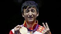 Čínský boxer Cou Š'-ming se zlatou olympijskou medailí.