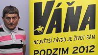 Žokej Josef Váňa před novinářskou projekcí dokumentárního filmu Váňa s podtitulem Největší závod je život sám.