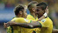 Brazilci Neymar (vlevo) a Luiz Gustavo slaví gól proti Kamerunu.