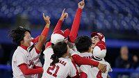 Japonské softbalistky slaví zisk zlatých olympijských medailí.