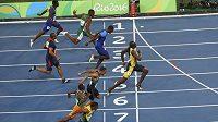 Jamajčan Usain Bolt (vpravo) vbíhá do cíle finálového závodu na 100 metrů.