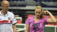 České tenistky se připravují na semifinále Fed Cupu s Itálií. Na snímku (zleva) jsou nehrající kapitán Petr Pála a Petra Kvitová.