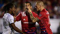 Obránce Matt Hedges (uprostřed) se snaží roztrhnout od sebe útočníka Philadelphie Sergia Santose a českého forwarda Zdeňka Ondráška (vpravo), hrajícího za Dallas v MLS lize.
