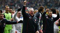 Trenér Jupp Heynckes (vpředu) a jeho Bayern Mnichov slaví...