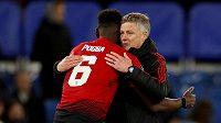 Záložník Manchesteru United Paul Pogba objímá trenéra Ole Gunnara Solskjaera.