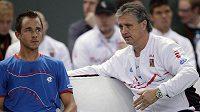 Český tenista Lukáš Rosol (vlevo) přijímá během utkání se Švýcarem Stanislasem Wawrinkou rady od nehrajícího kapitána českého týmu Jaroslava Navrátila.