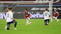 Hráči West Hamu i Aston Villy pokleknutím před zápasem podpořili kampaň Black Lives Matter.