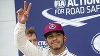 Britský pilot Mercedesu Lewis Hamilton zdraví fanoušky po kvalifikaci Velké ceny Kanady.