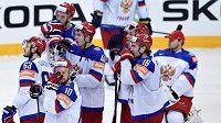 Zdrcení hokejisté Ruska po porážce od Kanady ve finále mistrovství světa v Praz