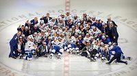 Hokejisté Tampy pózují se Stanley Cupem.