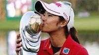 Golfistka Pornanong Phatlumová z Thajska s trofejí určenou pro vítězku turnaje Omega Dubai Ladies Masters.