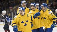 Švédští hokejisté do 20 let oslavují branku proti USA.