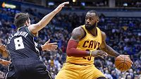LeBron James (23) z Clevelandu a Matthew Dellavedova (8) z Milwaukee.