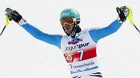 Německý lyžař Neureuther oslavuje triumf v závěrečném podniku sezóny.