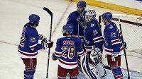 Hokejisté New Yorku Rangers slaví vítězství nad Los Angeles ve čtvrtém finálovém utkání play off NHL. Zleva Brian Boyle, Dominic Moore, Dan Girardi, Henrik Lundqvist a Ryan McDonagh.