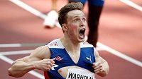 Karsten Warholm z Norska v cíli závodu na 400 m překážek.