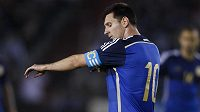 Lionel Messi si navléká kapitánskou pásku.