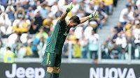 Gianluigi Buffon se klaní fanouškům Juventusu.