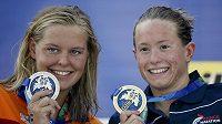Francouzka Aurelie Mullerová (vpravo) vyhrála závod na 10 km při plaveckém MS v Kazani. Na snímku s druhou Nizozemkou Sharon van Rouwendaalovou.
