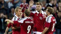 Češi mohou být v klidu, kanonýr Nicklas Bendtner (druhý zprava) Dánům nepomůže...