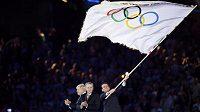 Hry v Londýně skončily, štafetu převzalo Rio de Janeiro. Na snímku starosta brazilské metropole Eduardo Paes s olympijskou vlajkou.