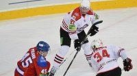 Alexander Picard z HC Lev Prahase brání nájezdu hráčů Doněcku Karela Pilaře a Jevgenije Běluchina.