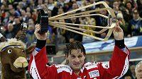 Kapitán kanadských hokejistů Ryan Smith drží nad hlavou trofej pro vítěze Spenglerova poháru.