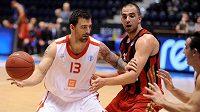 ČEZ Basketball Nymburk - Hapoel Jeruzalém. Zleva Radoslav Rančík (Nymburk) a Elishay Kadir (Hapoel).