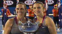 Italské tenistky Roberta Vinciová (vlevo) a Sara Erraniová s trofejí pro vítězky Australian Open.
