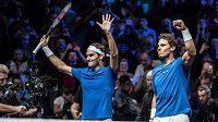 Rafael Nadal (vpravo) a Roger Federer po čtyřhře se Samem Querreym a Jackem Sockem.