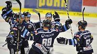 Hokejisté Vítkovic se radují ze vstřeleného gólu.