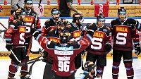 Hokejisté Sparty oslavují vítězství nad Libercem v pátém semifinálovém duelu.
