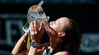 Petra Kvitová líbá trofej pro vítězku turnaje v Birminghamu.