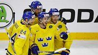 Švéd Elias Lindholm se raduje se spoluhráči z gólu proti Lotyšsku.