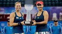 Andrea Hlaváčková a Pcheng Šuaj s trofejí pro vítězky turnaje v Šen-čenu.