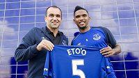 Nový útočník Evertonu Samuel Eto'o (vpravo) s trenérem Robertem Martínezem.