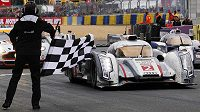 Dán Tom Kristensen v Audi R18E E-Tron Quattro během 24 hodi Le Mans