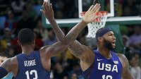 Američtí basketbalisté Demarcus Cousins a Paul George.