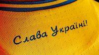 """Ukrajinské dresy pro nadcházející fotbalové EURO obsahují heslo """"Sláva Ukrajině"""", ruští politici proti tomu protestují."""