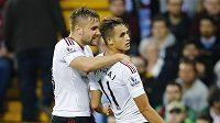 Adnan Januzaj (vpravo) jásá s Lukem Shawem po gólu proti Aston Ville.
