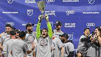 Fotbalista Toronta Quentin Westberg s trofejí pro vítěze Východní konforence MLS.