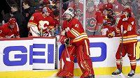 Brankář Calgary Flames Mike Smith (41) opřený o mantinel, za ním sedí jeho náhradník David Rittich během utkání play off proti Coloradu.